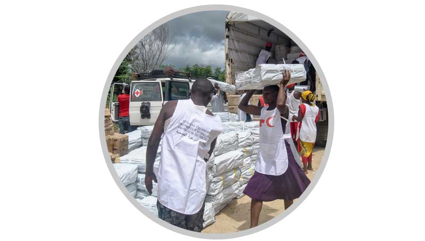 Red Cross distributing food during the Kenya flood